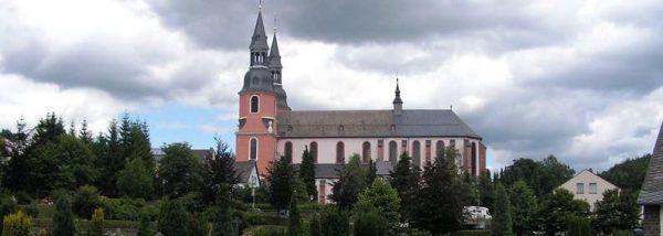 Blick vom Friedhof auf die Südseite der Basilika in Prüm
